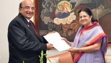 Mrs. Rajshree Birla of Birla group handing over a draft of USD 1 million to PRID Ashok Mahajan for Polio